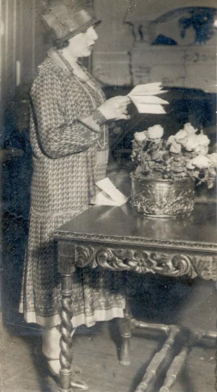 Juana de Ibarbourou leyendo.11-8-1929.jpg