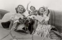 146 Nelly Mabel Rodriguez desfilando en carro aleg+¦rico.1951.jpg